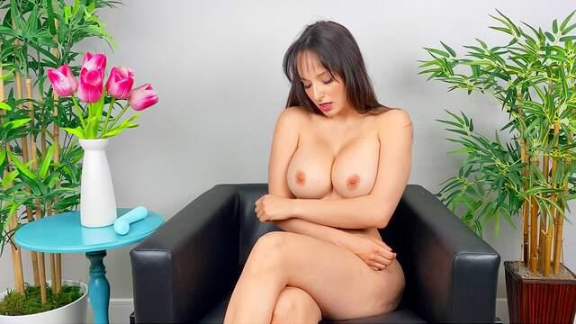 Nude solo beauty reveals her slutty side