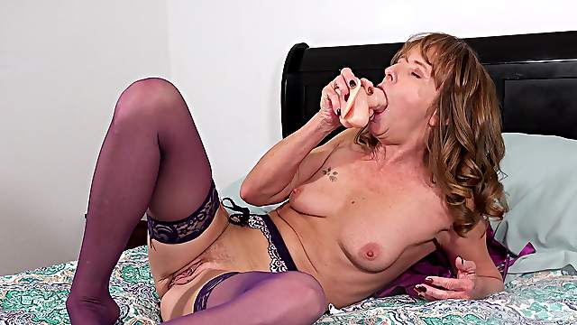 Mature throats her new toy before fucking