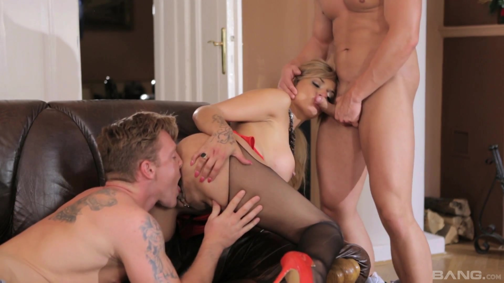 Electrifying threesome for the naked wife
