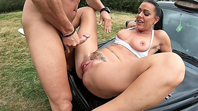 Big ass mature leaves cab driver to devour her pussy