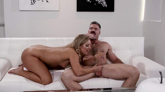 Male with huge dick shows this MILF proper orgasms