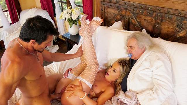 Wife gets tams in front of her old hubby during a home cuckold